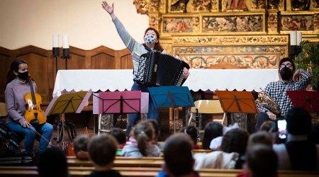 Professors de l'Institut de Música oferint una audició a escolars d'Andorra la Vella a l'església de Sant Esteve