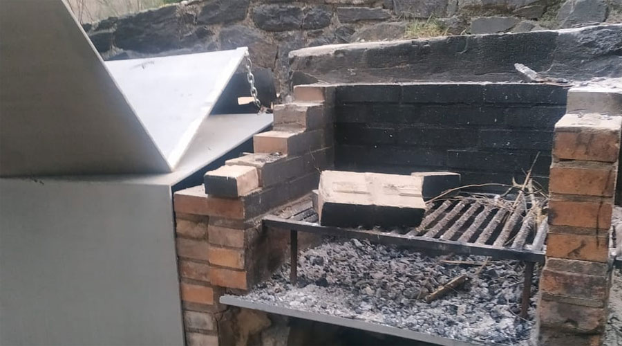 Barbacoa amb fustes a mig cremar a Andorra la Vella