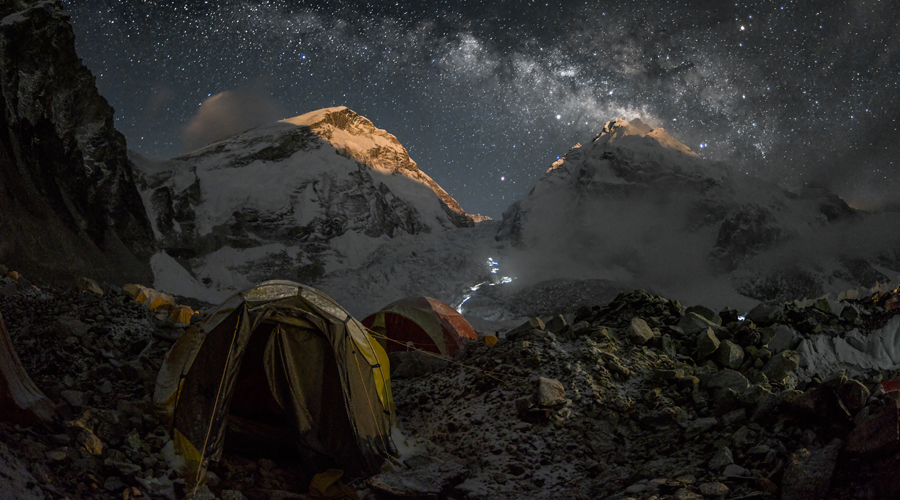 Imatge nocturna de l'Everest des d'un camp base