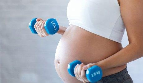 Una noia fent exercici durant l'embaràs