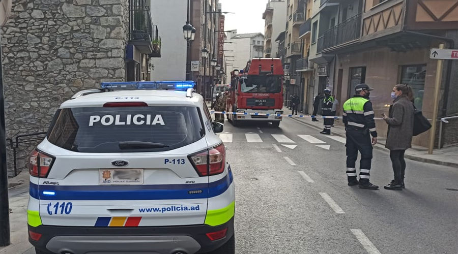 Policia i Bombers actuant a l'avinguda Príncep Benlloch