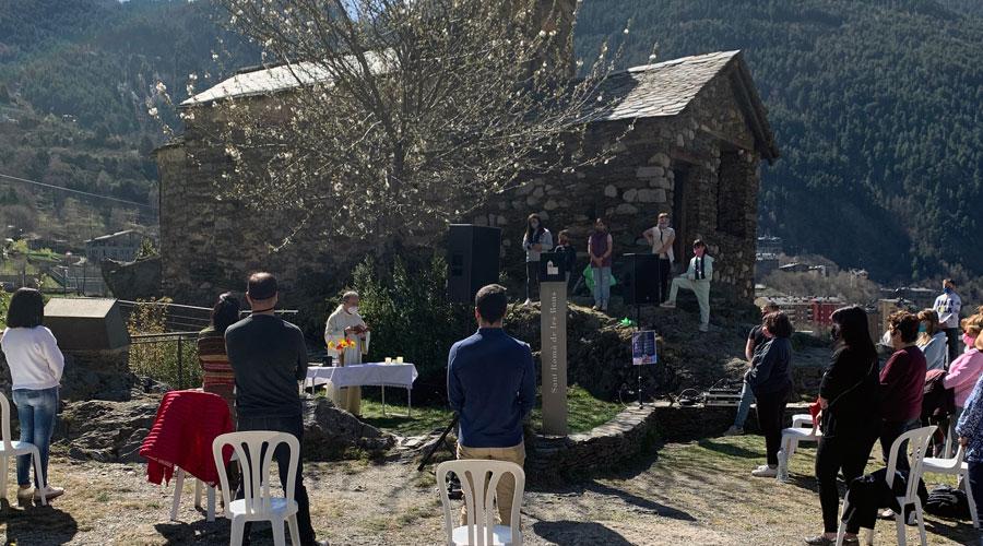 Celebració d'una missa a l'exterior de Sant Romà de les Bons