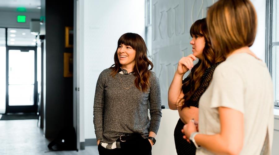 Tres dones en una oficina