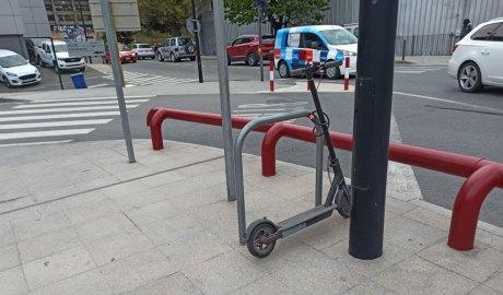 Un patinet elèctric estacionat