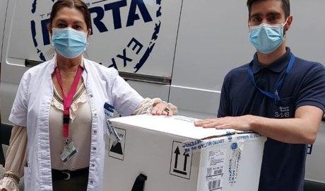 Dos professionals del SAAS rebent un paquet de vacunes contra la Covid-19