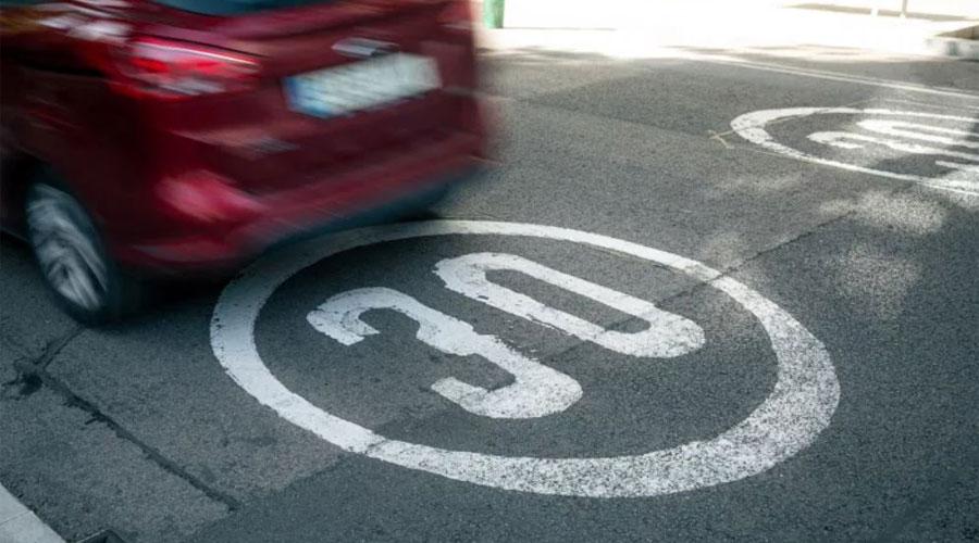 Una marca viària limitant la velocitat màxima del trànsit a 30km/h