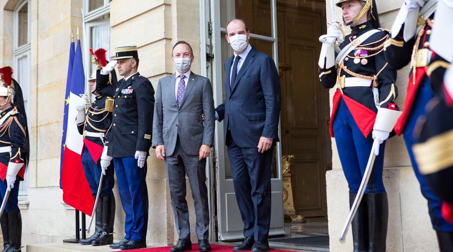 Espot, rebut per Castex, a les portes de l'Hotel Matignon