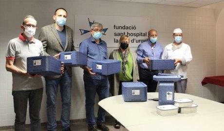 Gasset, Miró, Canelles, Lamolla, Guerra i Clotet mostren unes maletes tèrmiques per transportar menjar. Foto: Ajuntament de la Seu d'Urgell