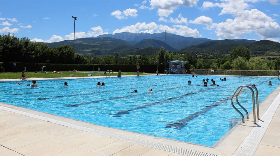 Gent banyant-se a la piscina de la Seu d'Urgell