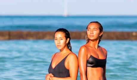 Dues noies a la platja amb el cabell mullat