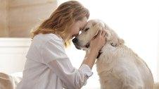 Noia estimant un gos