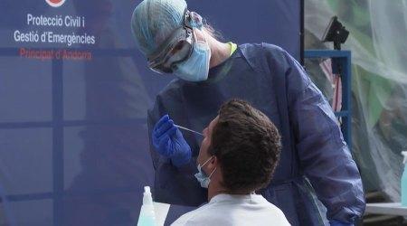 Una persona se sotmet a un test d'antígens