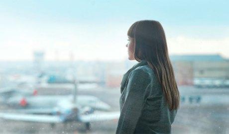 Noia en un aeroport