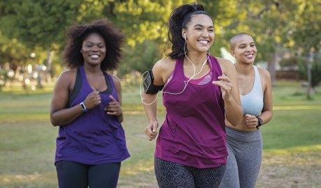 Noies corrent per un parc