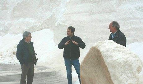 Antonio Troya i Jordi Sargatal conversant amb Joan Sucarrats, gerent d'Infosa a les Salines de la Trinitat