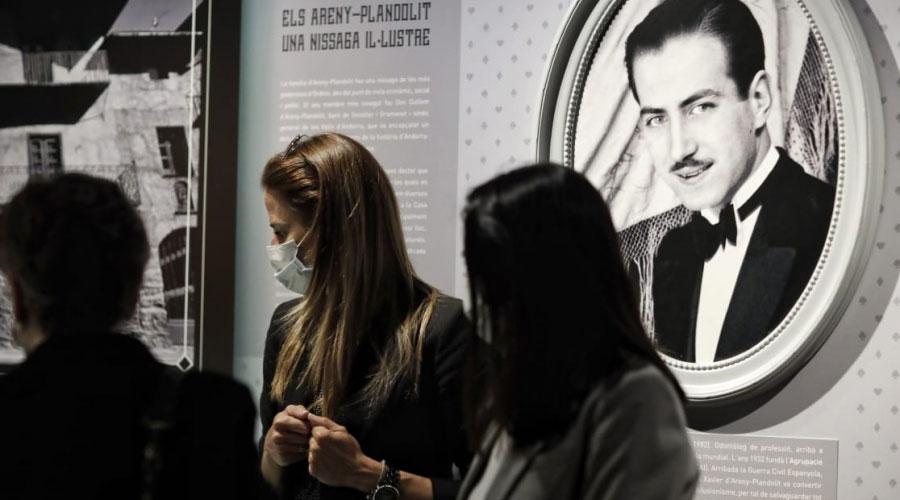 Riva visitant l'exposició 'Abracadabra: Il·lusionisme i màgia a cal Plandolit'