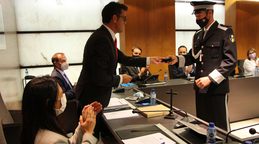 Un agent de circulació jura el càrrec davant el cònsol major d'Ordino