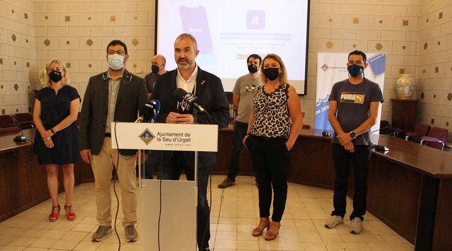 Fàbrega presentant l'App Tramit
