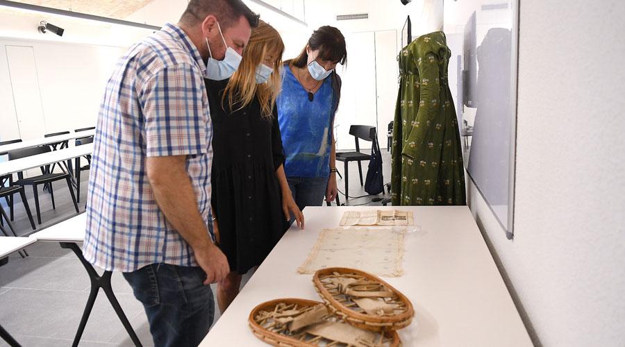 Lizarte, de la Parte i Tarrés observen objectes antics