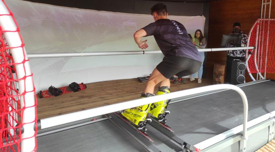 Un esquiador fent ús d'un simulador virtual a Vallnord