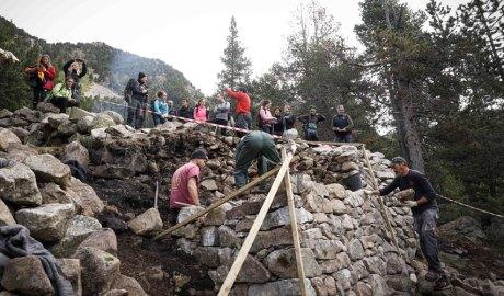 Autoritats visitant els treballs arqueològics a la Farga del Madriu l'octubre del 2021