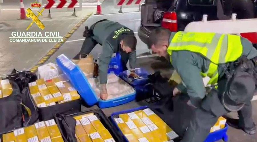 Dos agents de la Guardia Civil verificant maletes plenes de cartrons de tabac