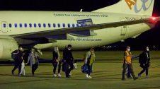 Gent baixant d'un avió