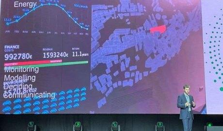 Marc Pons oferint una conferència a l'Expo Dubai 2020.
