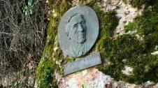 Medalló de Pompeu Fabra, en el camí dels Degotalls.