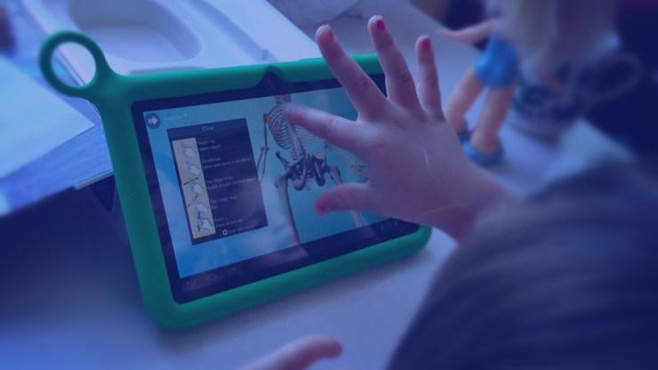 Criança na escola com tablet