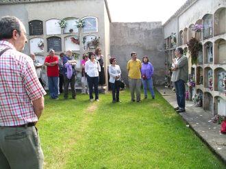 Xavier Cateura davant la tomba de Marius Torres