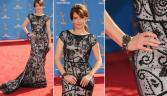 Tina Fey foi uma das famosas que escolheu Oscar de la Renta como designer de seu look no Emmy Awards 2010. O modelo usado pela atriz tinha mangas e cauda em estilo sereia