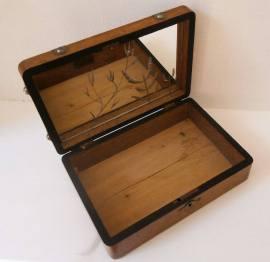 Elena Mazzi Titolo: Reflecting Venice in a box, 2014 Tecnica: scattola di legno, specchio di Murano Dimensioni: 26 x 19 x 3 cm Prezzo: 250€ RICHIEDI INFORMAZIONI: info@forwardforward.org