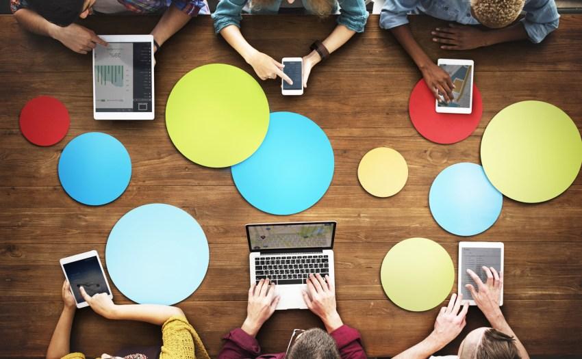 Personas reunidas alorededor de una mesa con BYOD