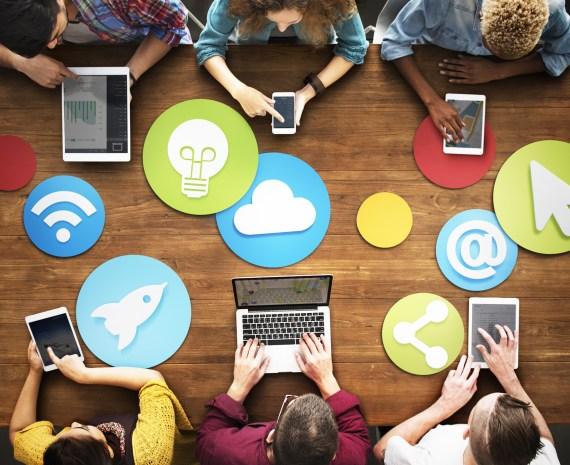 Grupo de personas reunidas usando Office 365