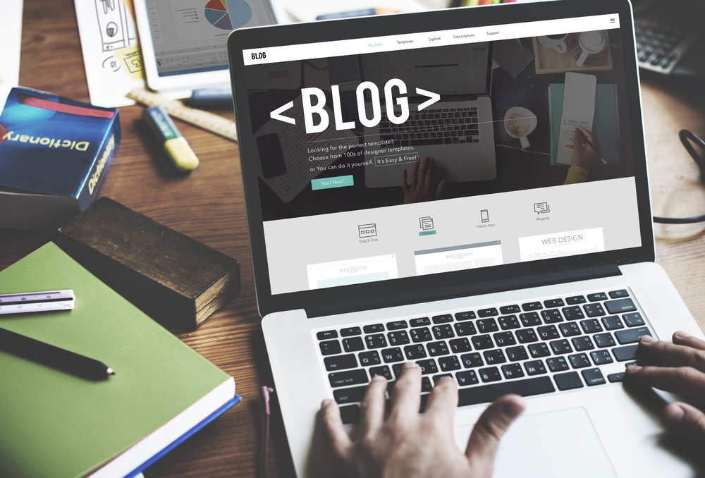 palabra blog sobre pantalla de monitor