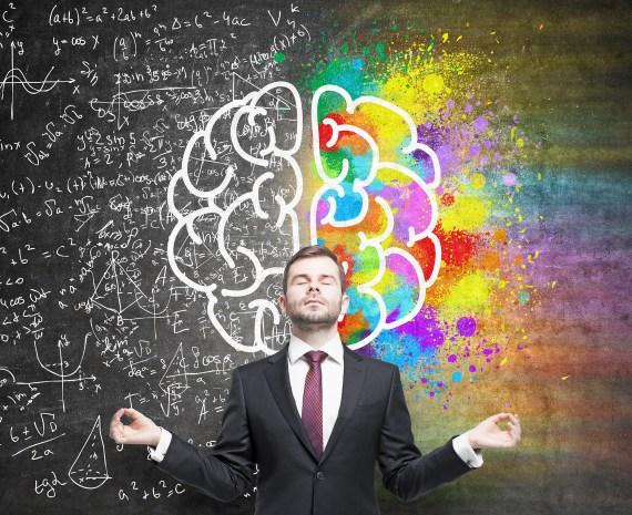 Hombre en traje meditando frente a una pizarra - inteligencia emocional