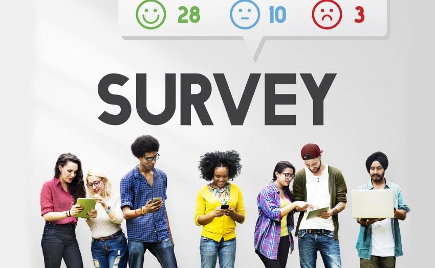 Estudiantes tomando una encuesta en línea - John Dewey