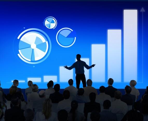 Silueta de una persona frente a una proyección de PowerPoint