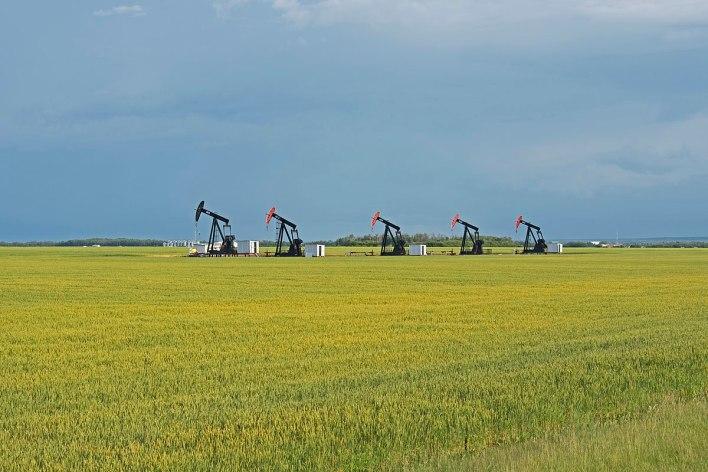 1200px-Falher_oil_pumps_in_a_corn_field_1.jpg