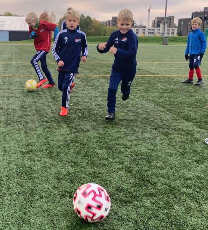 Bildet viser ivrige spillere fra Hasle-Løren på fotballcamp i høstferien.