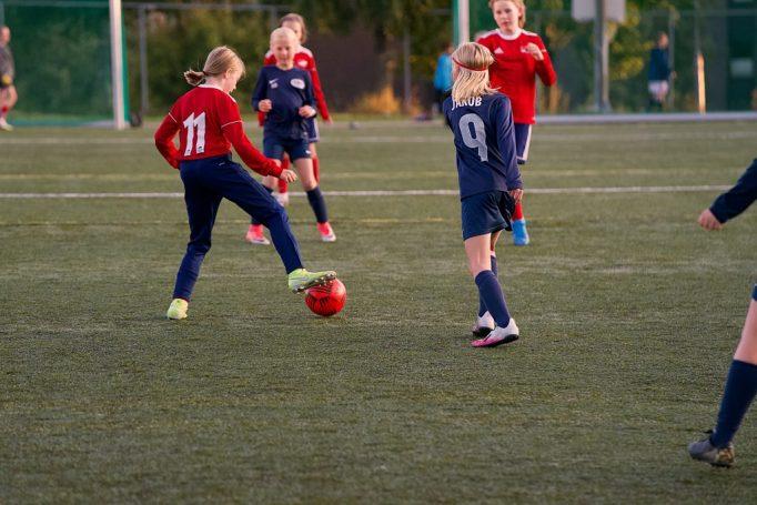 Biilde av Hasle-Løren J2010 i fotballkamp mot Try.