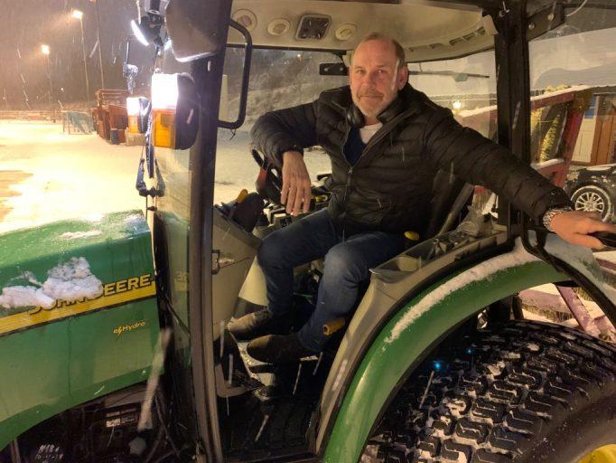 Bilde av Hasle-Lørens driftsleder Torbjørn Elshøy i traktor.