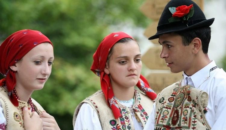 A csángók: tökéletlenül elmagyarosodott románok!