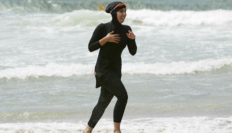 Tíz muzulmán nőt kiraktak a cannes-i strandról