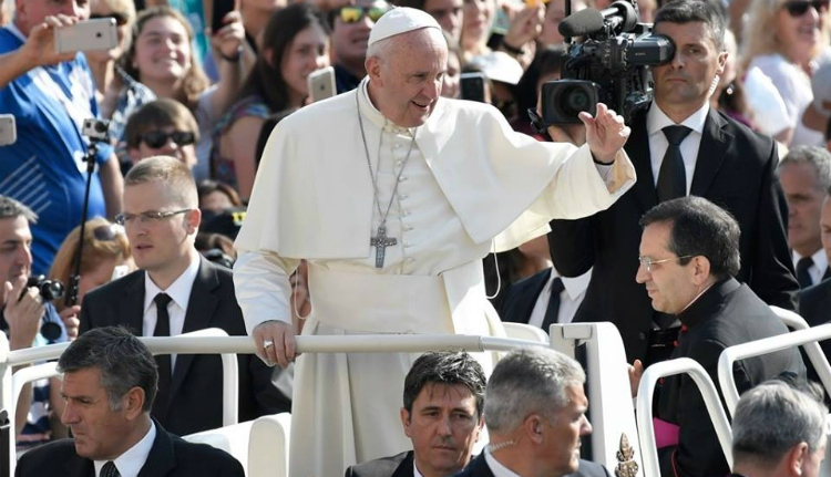 Karikatúra-gyűjteményt ajándékoztak a pápának az erdélyiek