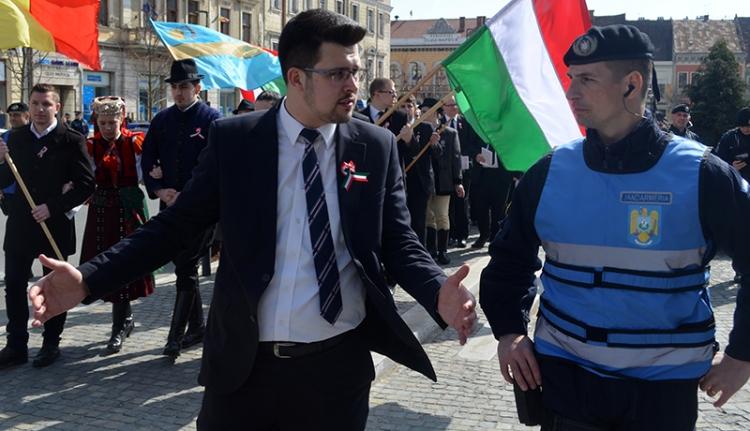 Civilizáltan rühelli a csendőrség az Erdély-zászlókat (VIDEÓ)