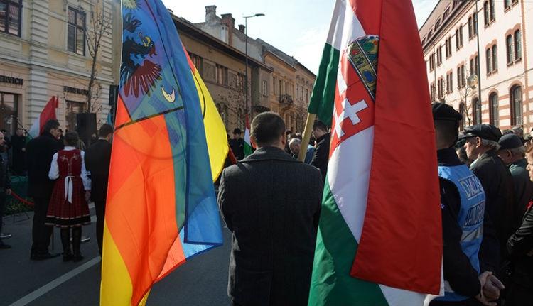 Emlékeznek a kolozsvári zászlóbotrányra? Nos, megkezdődött a tárgyalása