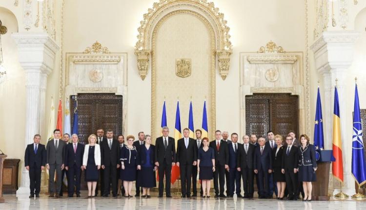 Beiktatta és megfeddte Iohannis az új kormányt