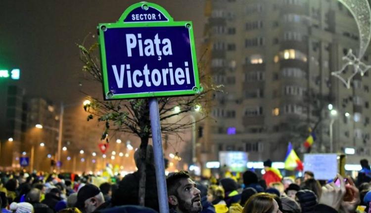 Vásárosok szorítják ki a tüntetőket a kormány épülete elől